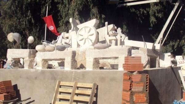 مجسمۀ گاری بوعزیزی سمبل انقلاب تونس در یکی از میدانها